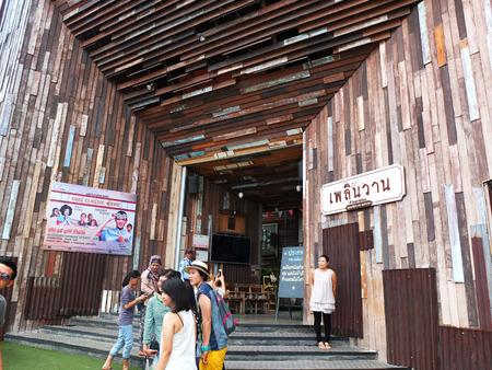 hospedaje: HUAHINJune 14: Personas no identificadas visitan Plearnwan edificios antiguos el 14 de junio de 2015, de Huahin Tailandia. Aquí famosa para los turistas es el lugar retro para alojamiento compras y turismo.