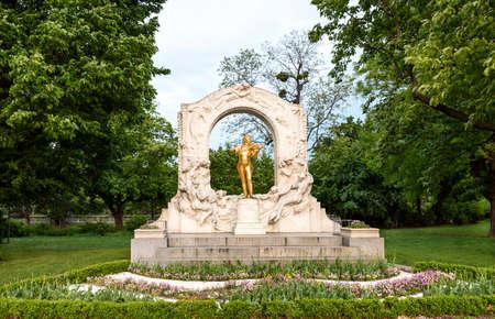 Photo of golden johann strauss statue at stadpark at sunset in vienna, austria 스톡 콘텐츠