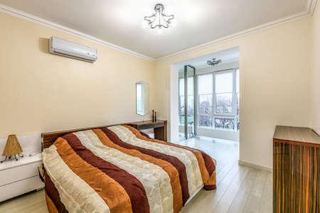 https://us.123rf.com/450wm/frimufilms/frimufilms1703/frimufilms170300401/74286558-photo-en-stock-blanc-appartement-design-d-int%C3%A9rieur-de-chambre-%C3%A0-coucher-style-moderne-chisinau-molda.jpg?ver=6