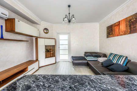 Standard Bild   Stock Foto Weiße Wohnung Innenarchitektur Von Wohnzimmer  Und Küche Mit Bar, Moderner Stil