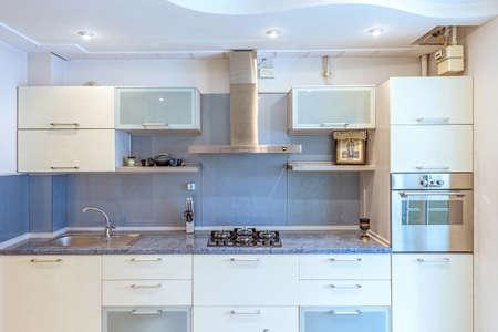 Immagini Stock - Appartamento Bianco Interior Design Cucina, Tavolo ...