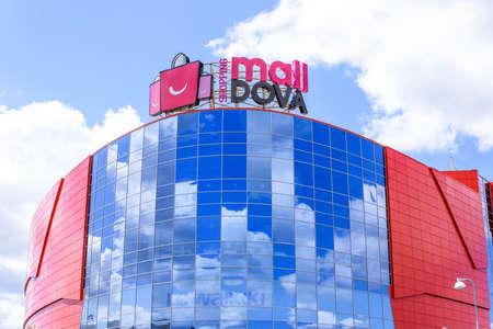 赤いショッピング センター malldova バッグ ロゴ、青空と雲、空の反射ガラス窓にキシナウ、モルドバ - 2017 年 7 月 14 日。