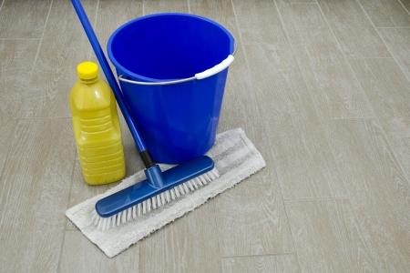 schoonmaakartikelen: sommige reinigingsproducten voor huis op oude vloer Stockfoto