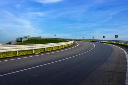 zeereling op landweg over een blauwe hemel Stockfoto