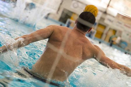 waterpolo: juego de waterpolo en la piscina nadador Foto de archivo