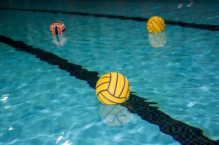 waterpolo: pelotas de waterpolo en la piscina