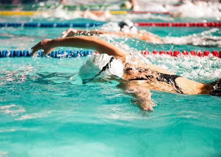 razas de personas: nadador chica de estilo libre