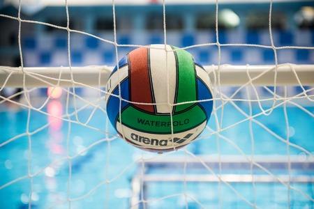 waterpolo: pelotas de waterpolo en la piscina en la red