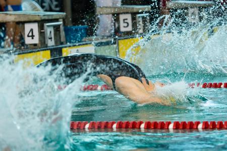 piscina olimpica: MILAN - 23 de diciembre: S. Cartapani (Italia) realizar freestyle en Nataci�n Reuni�n Brema Copa el 23 de diciembre de 2014 en Mil�n, Italia.
