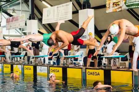 piscina olimpica: DESENZANO GARDA (ITALIA) - 1 de marzo: Claudio Fossi (Italia, gorro negro) a partir de 200 metros braza en italiano Natación reunión el 1 de marzo de 2015, de Desenzano Garda (Italia).