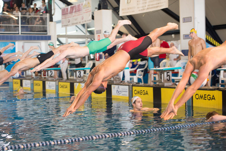 piscina olimpica: DESENZANO GARDA (ITALIA) - 1 de marzo: Claudio Fossi (Italia, gorro negro) a partir de 200 metros braza en italiano Nataci�n reuni�n el 1 de marzo de 2015, de Desenzano Garda, (Italia).