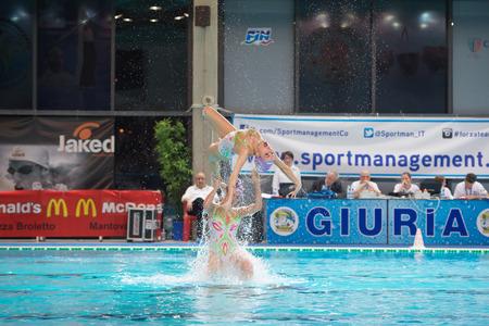 nataci�n sincronizada: MANTOVA - 19 de febrero: BPM Sport Management equipo de nataci�n sincronizada realizar en Reuni�n italiana el 19 de febrero de 2015, de Mantova, Italia. Editorial