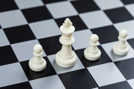 Konzeptionelle von Strategie und Schach. auf Schachbretthintergrund hohe Betrachtungswinkel. horizontales Bild Standard-Bild