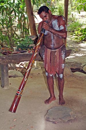 Australien, einheimischen Aborigines Didgeridoo spielen tradtional Instrument namens