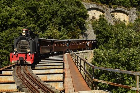 Griechenland, die Montzouris-Smudgy Zug - Pilion Bahn - über eine Brücke