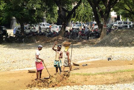 increasingly: Assam, India - 30 Settembre 2007: gli operatori di strada non identificati sempre pi� sulla strada sterrata in un piccolo villaggio sulla strada principale tra Bhutan e Gauharti Editoriali