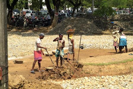increasingly: Assam, India - 30 Settembre 2007: i lavoratori non identificati sempre pi� sulla strada sterrata in un piccolo villaggio sulla strada principale tra Bhutan e Gauharti