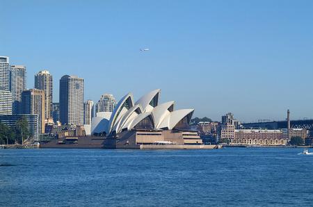 Sydney, Australien - 10. Mai 2010: Eindrucks Sydney Opera Gebäude, Bürogebäude und Hotels und hinter den Felsen auf der rechten Seite Editorial