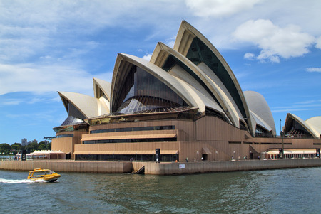 atracci�n: Sydney, Australia - 08 de febrero 2008: Edificio de la �pera de Sydney en Circular Quay, lugar de inter�s y la atracci�n tur�stica preferida