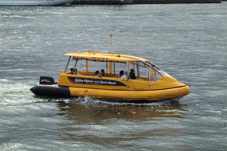 Sydney, Australien - 8. Februar 2008: Unidentified Menschen in üblichen Wassertaxi, Transportmittel vom Darling Hafen Circular Quay