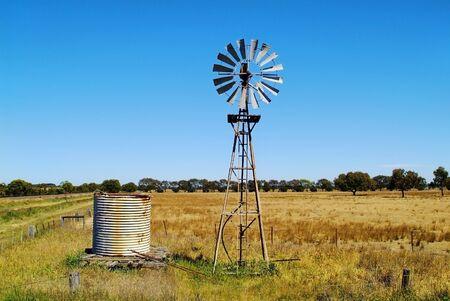 dep�sito agua: Australia, tanque de agua y la rueda de viento en granja en Victoria Foto de archivo