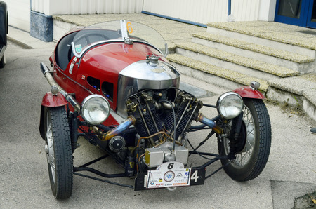 Moosbrunn, Oostenrijk - 6 september 2014: Uitstekende auto Morgan 3 Wheeler door Ebreichsdorf Classic toernooi voor vintage auto's op de openbare weg Redactioneel