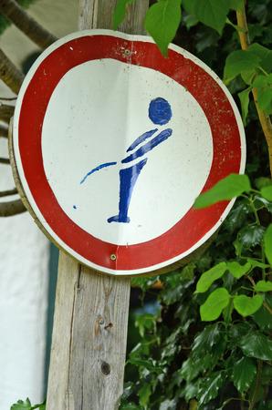 """pis: muestra divertida de """"no hacer pis en mi muro"""" Foto de archivo"""