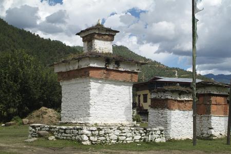 buddhismus: Mani Mauer im Paro Tal und Chorten mit Gebetsfahnen