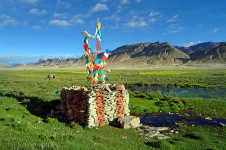 tableland: Tibet, prayer flags on Tungri tableland Stock Photo