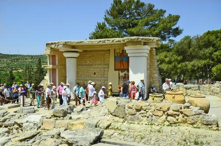 Cnosos, Grecia - 26 de mayo 2014: los turistas no identificados por turismo del antiguo palacio minoico en Creta, una atracción turística y sitio arqueológico de la edad de bronce Editorial