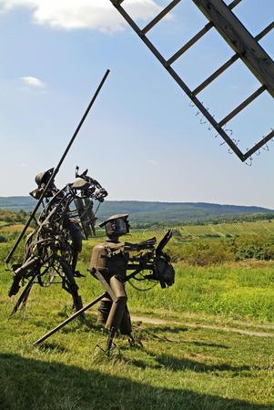 don quijote: Retz, Austria - 6 de Septiembre de 2005: Escultura con el legendario Don Quijote y Sancho Pansa hecha de material de desecho hierro viejo molino de viento y la vela