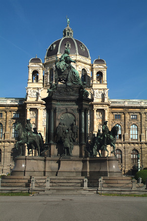 natur: Maria Theresia Memorial in front of natural vor Natural History Museum Editorial