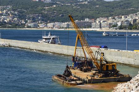 arbeit: Greece, Kavala, crane dredging in the harbor
