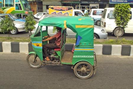 MOTORIZADO: Dhaka, Bangladesh - 17 de septiembre de 2009: de taxi tradicional rickshaw motorizado llamado Tuk-Tuk, utiliza el transporte forl de personas y mercancías