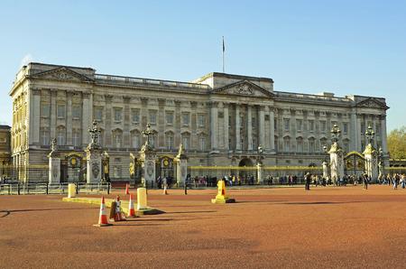 buckingham palace: London, United Kingdom - January 19th 2016: Unidentified people and Buckingham Palace Editorial