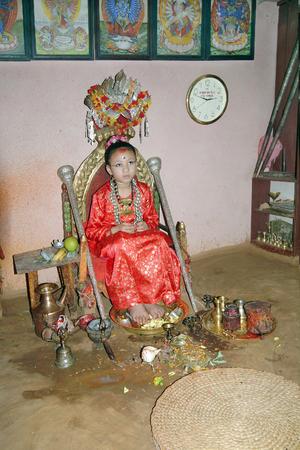 hinduismo: Patan, Nepal - 14ª Julio de 2004: el niño no identificado como diosa llamada Kumari, una tradición de culto y el hinduismo la religión