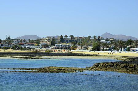 スペイン、カナリア諸島、フェルテベントゥラ島、コラレホのビーチ沿いの人々