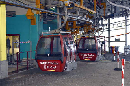 Stubei, Austria - December 20, 2015: Cable car and technical interior in intermediate station of winter sports area of Stubaier glacier in Austrian Alps 新聞圖片