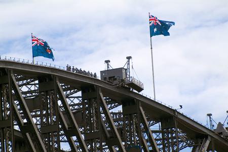 Sydney, Australië - 12 februari 2008: niet-geïdentificeerde mensen door brug klimmen op Sydney Harbour Bridge, voorkeurspunt en toeristische attractie