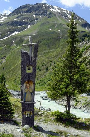 Kaunertal, Tirol, Austria - 22 giugno 2014: Santuario di bordo realizzato da tronco d'albero in un'area di sosta al ghiacciaio Kaunertaler