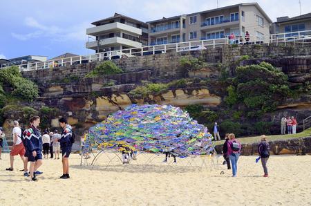シドニー、ニューサウスウェールズ州、オーストラリア - 2017年10月31日:タマラマビーチの正体不明の人々、B.Jane Cowieの渦巻くサラウンド・サラウン