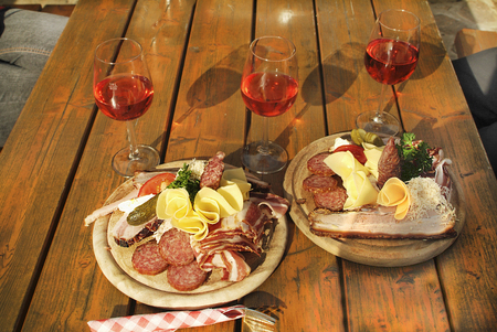 Austria, trditionall snack named Brettljause with cheese, ham, sausage and special Schilcher wine Imagens