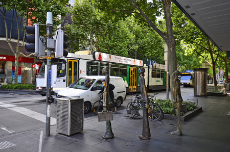 Melbourne, VIC, Australia - November 03, 2017: Unidentified people, traffic and Swanston Walk Sculptures in the capital of Victoria 에디토리얼