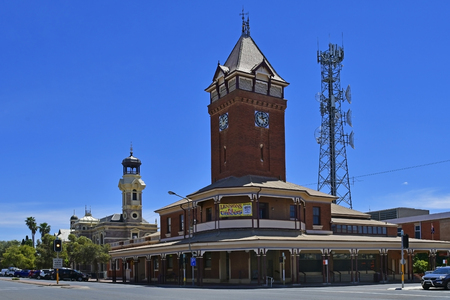 Broken Hill, NSW, Australia - November 10, 2017: Australian post office with transmission mast and old town hall building in background in the former frontier mining town in New South Wales Stockfoto - 119315742