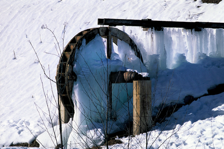 Austria, frozen wheel of a water mill Standard-Bild - 118981162