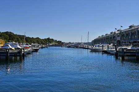 Australia. yachts adn Finger Wharf building in Wooloomooloo Bay Standard-Bild - 118981318
