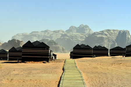 Jordan, tourist camp with tents in the desert landscape of Wadi Rum Standard-Bild - 120522864