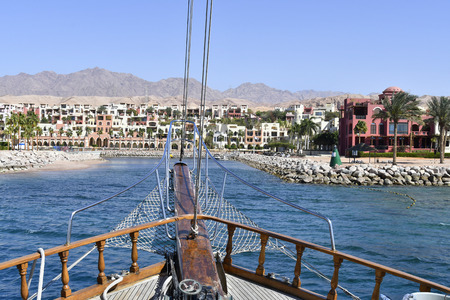 Jordan, sailing ship entering the marina in Tala Bay on Red Sea Standard-Bild - 120522867