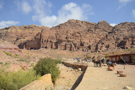 Petra, Jordan - March 06, 2019: Unidentified people, shops, horses and donkeys in UNESCO World heritage site of ancient Petra 新聞圖片