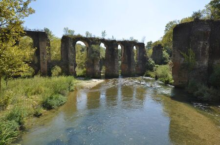 Greece, Epirus, Roman aqueduct of ancient Nikopolis near Filippiada on Louros river, built in 1st century B.C. to carry water from the mountains to Preveza Standard-Bild
